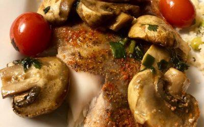 Tilápia assada com cogumelos e páprica