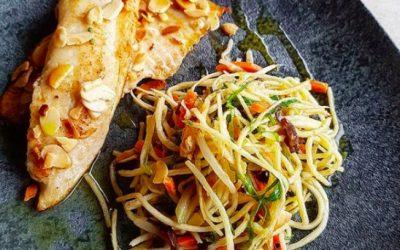 Tilápia grelhada com espaguete de pupunha colorido